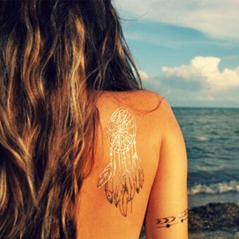Tendances de la mode d'automne et les tatouages temporaires