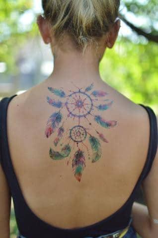 Plaisir d'été au soleil et tatouage temporaire
