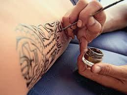 La différence entre le transfert d'eau et les tatouages au henné